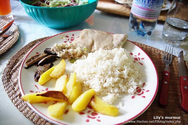 這是我的第一份歐洲家庭料理!有米飯喔!左上角那一盆是尼家人共享的沙拉。不過尼媽給我太多飯了,我在台灣一餐都沒吃這麼多飯,哈哈。