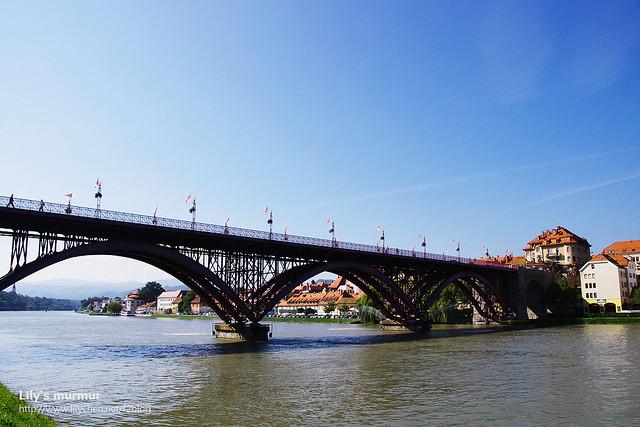 這一座就是Old Bridge老橋,人行道在橋的兩邊,中間給車子通行。