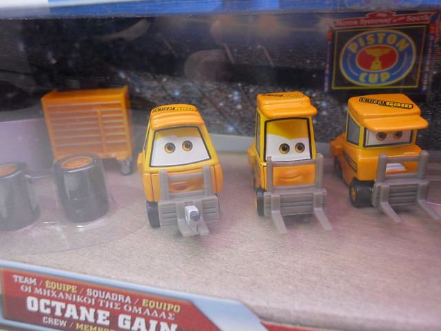 disney cars international octane gain pit crew set (2)