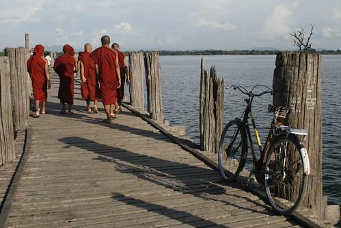 Puente de Amarapura: monjes y bicicleta