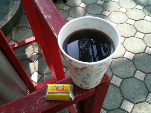 コーヒー買ったらおまけにチョコつけてくれた