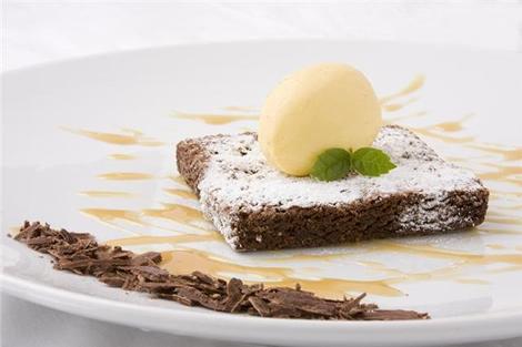 6. Brownie tibio con helado artesanal de vainilla y salsa butterscoth