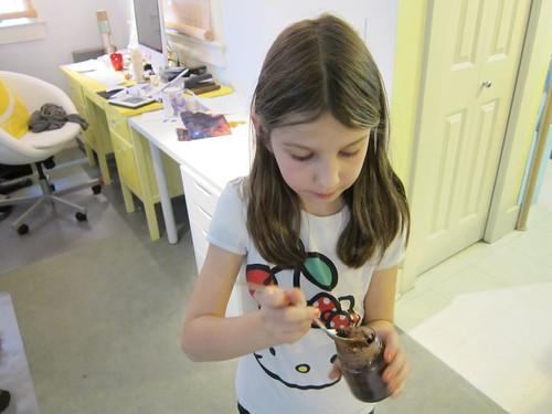Symmie tries Chocolate Cake in a Jar