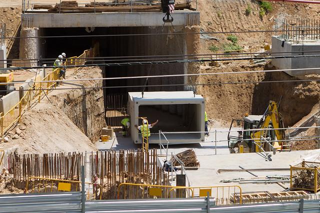 Colocación de piezas para galeria de servicios en la zona del colector Estadella - 27-06-11