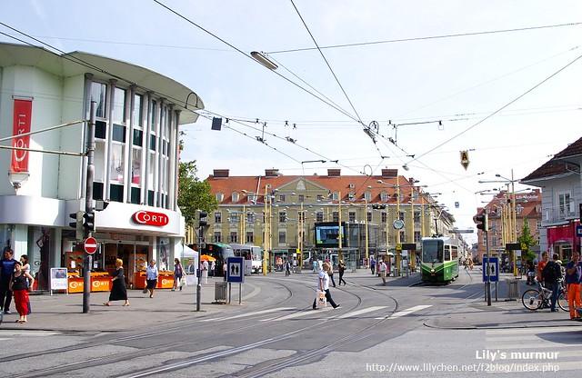 這邊剛好是兩三條街的交會處,所以比較寬大。左邊那個圓形的建築物是鞋店,有鞋子在打折,本來想買給尼但他說不要,他有時很龜毛...。