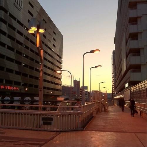 (^o^)ノ < おはよー! 天王寺の歩道橋にて