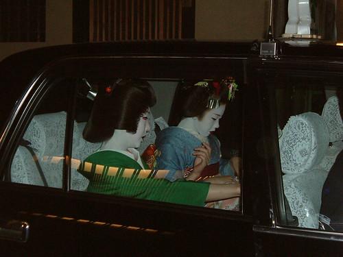Geisha y maiko en un taxi, en Gion