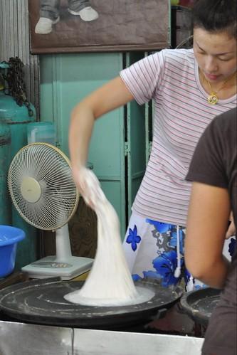 Chowrasta Market - making popiah skin 1