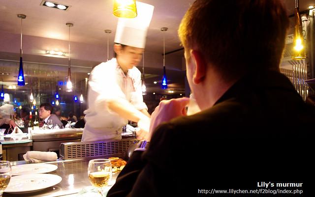 尼正聚精會神地看著主廚烹調我們的主餐。
