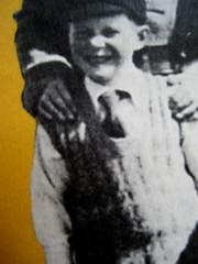 """Alan Bennet, Una vita come le altre, Adelphi, 2010, [responsabilità grafica non indicata]; """"In copertina: La famiglia Bennet al mare (1938)"""", cop. (part.), 3"""