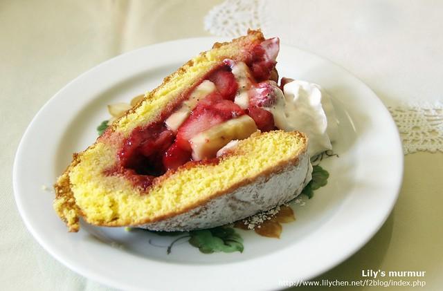 第二個派因為有折疊起來,所以感覺蛋糕體部份比較厚一點,餡料跟前一個差不多,但多了一點蛋糕體,蛋糕也是鬆軟好吃喔。