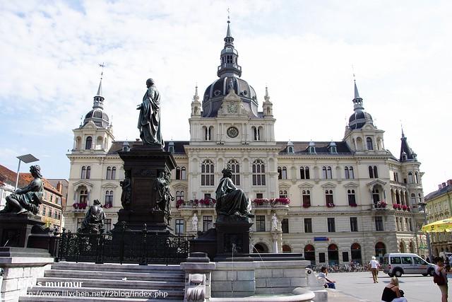 從婆婆攤位往市政廳拍,前面是雕像跟噴水池。