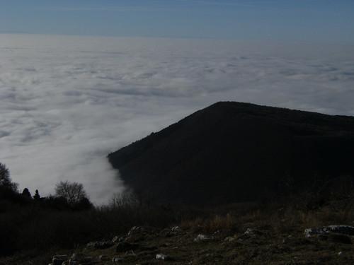 monte creta - piana di caprino sotto a nebbia