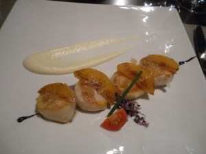 Scallop with peach, cauliflower puree and Iberian pork fat