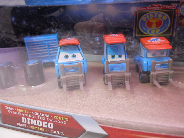 Disney CARS international Dinoco Pit Crew Set (2)