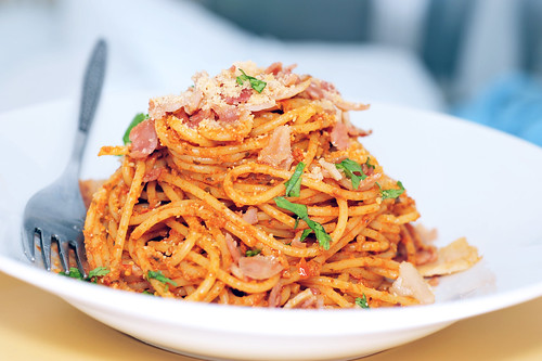 Pasta with ham and red pesto