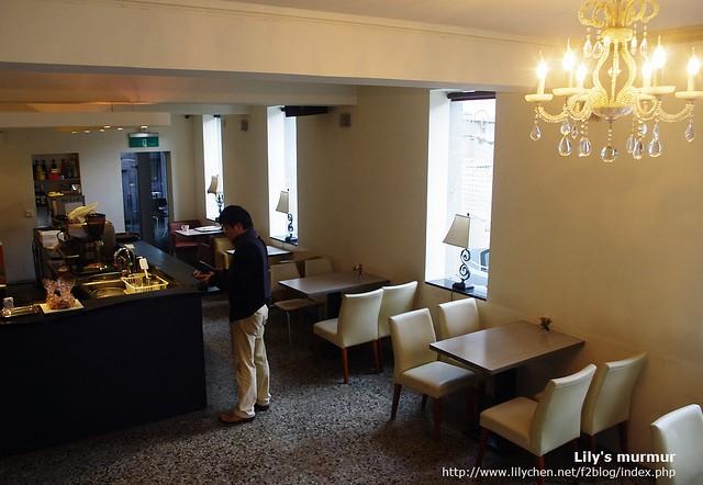 R9 Cafe的一樓,水晶燈很漂亮。