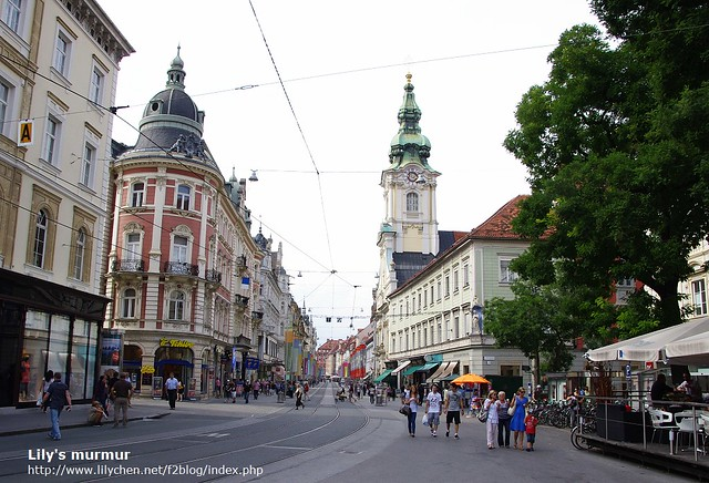 這裡的人都很悠閒,明明當天還是上班日,但或許正值歐洲暑假期間,路上走的人很多,喝咖啡的人也超多。