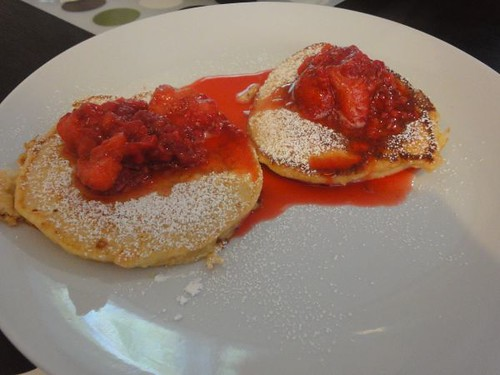 Ricotta hotcakes with berries compote