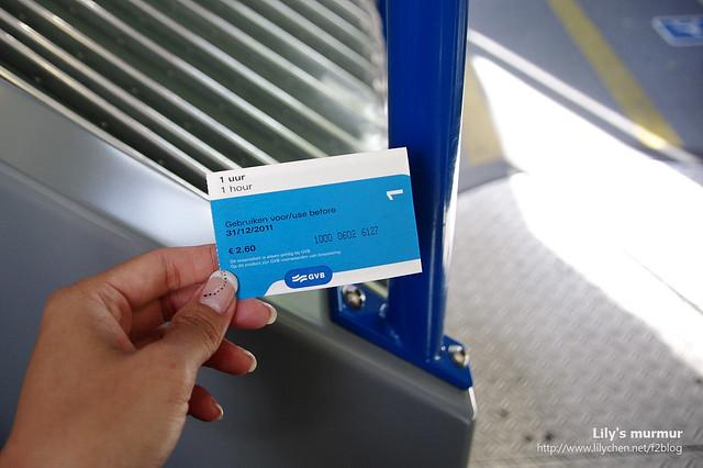 一張票2.6歐,一小時內可以任搭各種路線的路面電車。票裡面有感應器,上下車都要刷卡。