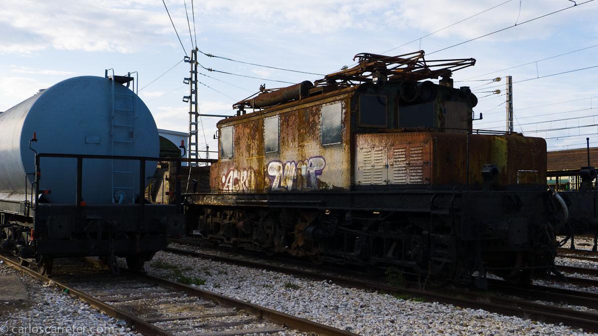 Vieja locomotora eléctrica oxidándose en Casetas