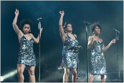 Esther Cowens, Ngoné Thiam & Myra Maude / Jan Delay & Disko No. 1