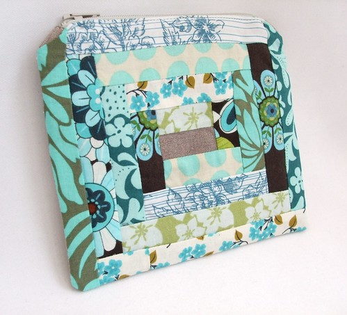 Small log cabin zippered pouch