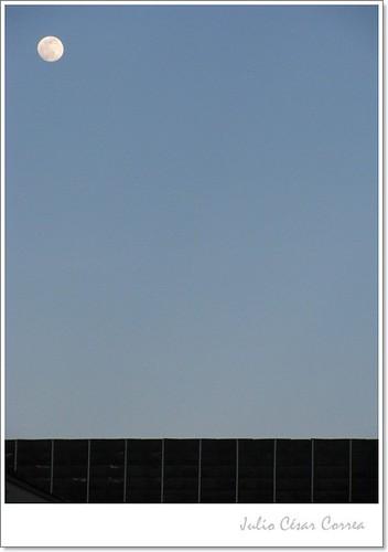 Los ejes de la luna by Julio César Correa