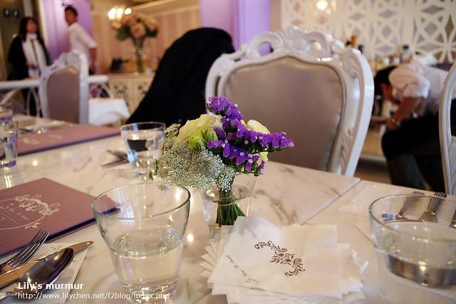 桌上的小花也很漂亮。整個餐廳的裝潢是淡淡的紫色系,很有歐洲貴族的味道。