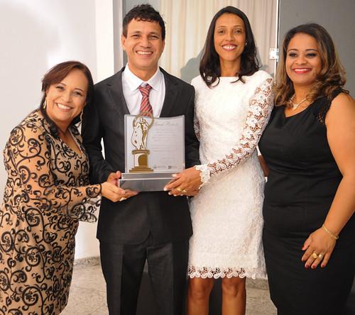 Soraya e Graça, da ACICEL, ladeiam o Empresário do Ano e, ao lado, a esposa dele