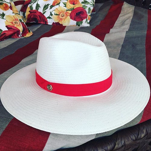 Coleção Resort Cash! Os chapéus e bolsas estão perfeitos para dias de sol