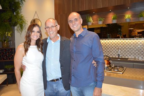 Os arquitetos Laura Lage e Rodrigo Guerra ladeiam Joel Lage, da Jova Marmoraria