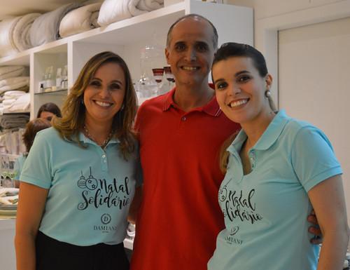 Karina e Yáscara ladeiam o arquiteto Rodrigo Guerra