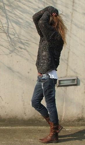 Tricô + jeans+ bota + t-shirt branca