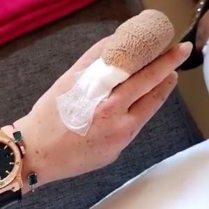 Lindsay Lohan passa por cirurgia na mão após acidente de barco
