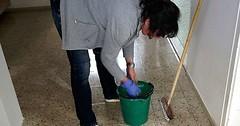 """Die Putzfrau. Die Putzfrauen. Oder: Die Reinigungskraft. Die Reinigungskräfte. Die Putzfrau wischt den Fußboden. • <a style=""""font-size:0.8em;"""" href=""""http://www.flickr.com/photos/42554185@N00/31976853860/"""" target=""""_blank"""">View on Flickr</a>"""