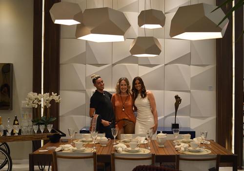 Não resisti! Eu, entre o Schmidt e Laura, tendo como pano de fundo a bela parede Lush. à frente, móveis da Novo Stilo