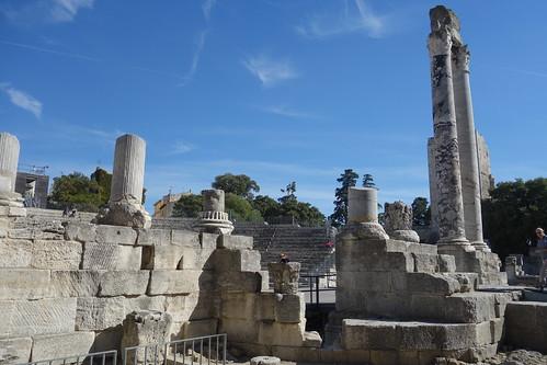 En face de l'amphithéâtre ... le théâtre antique !