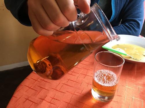 LA boisson bolivienne : le jus de pêche avec des pêches séchées au fond.