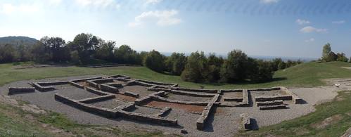 Le site est installé sur un plateau calcaire à 390 mètres de haut. Sur cette photo, une ferme mérovingienne
