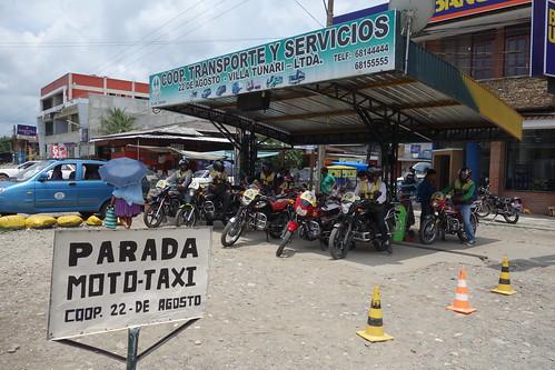 Il y a également des moto-taxis ... mais souvent il n'y a pas de casque pour le passager :(