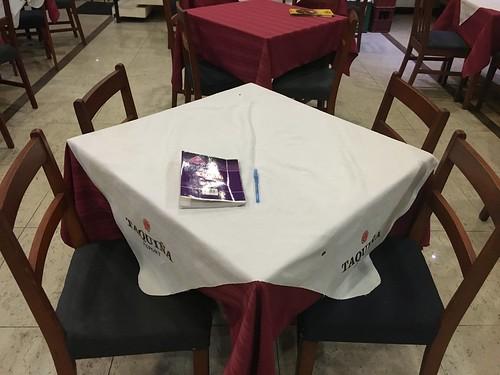 On retrouve souvent cette disposition de table et chaises dans les restaurants.