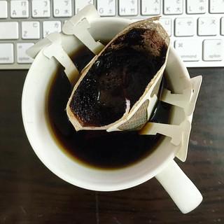 原來嘴不挑真的有好處⋯⋯我真的分不出來星巴克和濾掛咖啡的差異在哪裡........只知道他們都是黑咖啡.價差卻好幾倍了!
