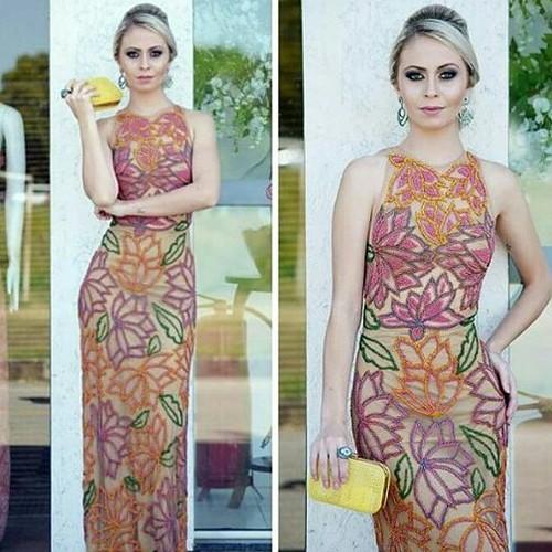Esse vestido TODOOOO bordado está na promoção de desconto cinquenta por cento