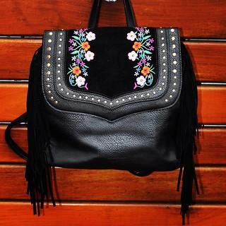 Franjas e bordados fazem esta mochila ser puro desejo