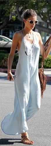 Alê Ambrósio veste um quase nada vestido de verão
