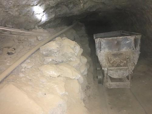 Les mineurs sortent de la montagne la roche qui contient de l'argent.