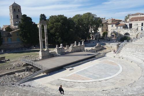 33 gradins pour 102 mètres de diamètre, il est moins bien conservé que son voisin l'amphithéâtre