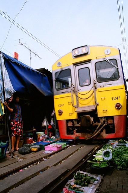 實在離火車超近,很可怕,一旁的蔬菜不會被壓到