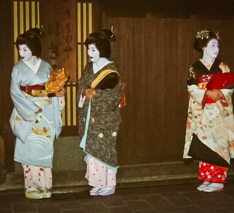 Geiko Sayoko con otra geiko y maiko en Gion, Kioto (© Japonismo)